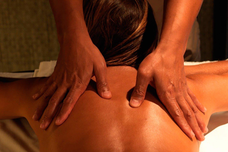 Foto de una chica recibiendo un masaje